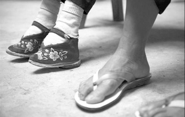 niña con pies de loto