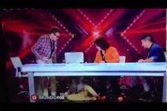 Belinda cae de la silla en 'El Factor X'