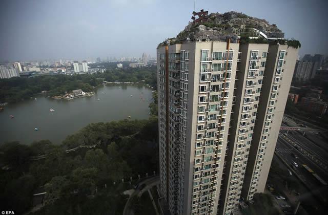 Excéntrico empresario construye casa en edificio en Beijing (9)