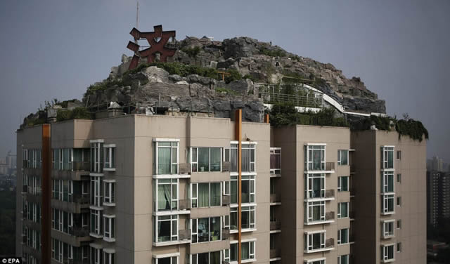 Excéntrico empresario construye casa en edificio en Beijing (2)