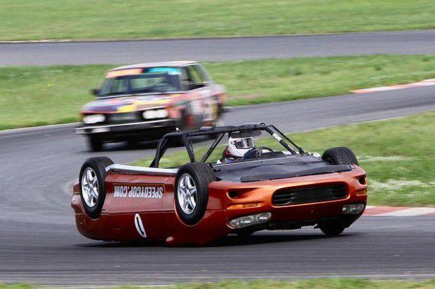 Un auto que corre boca abajo (2)