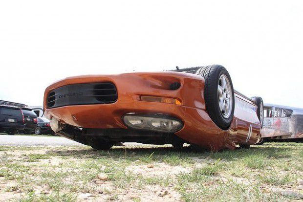 Un auto que corre boca abajo (1)