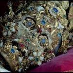Esqueletos decorados con joyas, los santos de las catacumbas