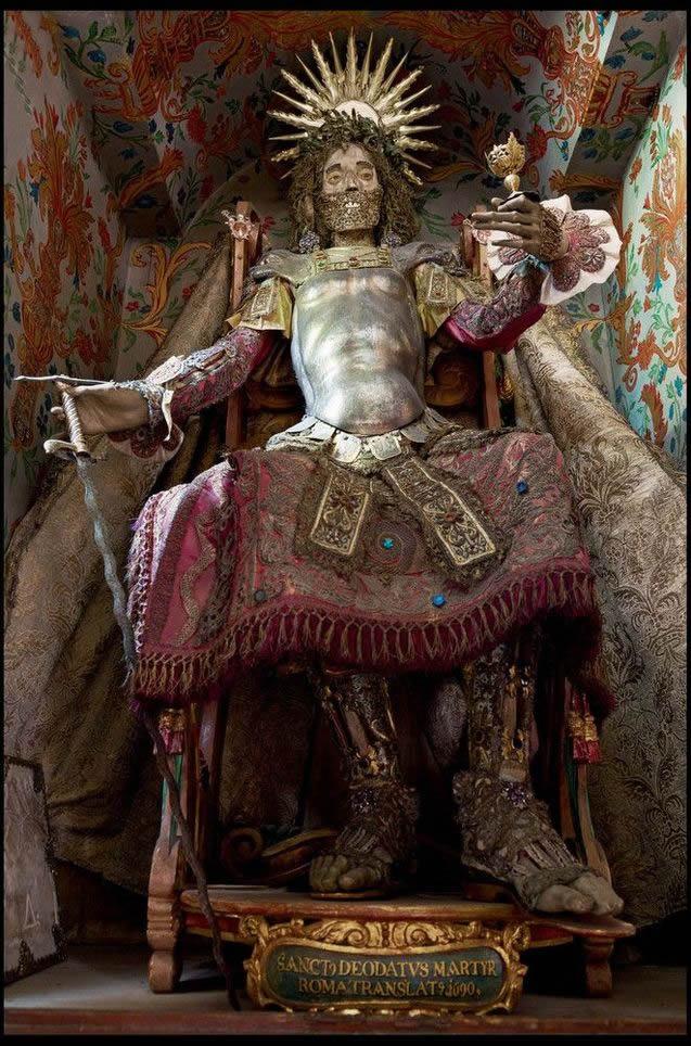 Esqueletos con joyas, santos catacumbas roma (1)