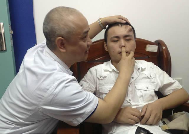 Científicos chinos cultivan nariz en frente de paciente (1)