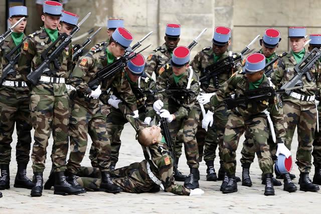 soldados caidas desmayos (6)
