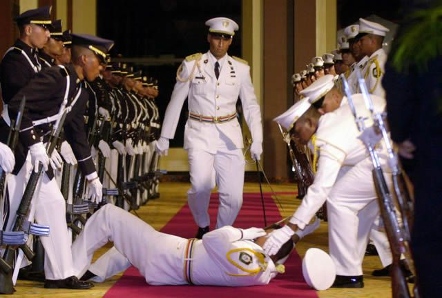 soldados caidas desmayos (26)