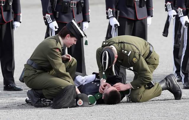 soldados caidas desmayos (11)