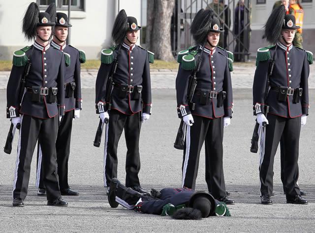 soldados caidas desmayos (13)