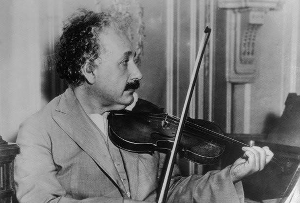 Albert Einstein tocando violin