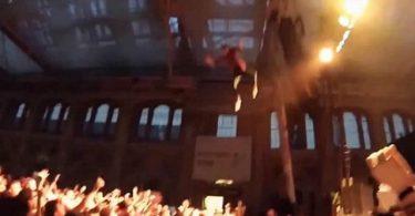 Salto 'casi' mortal: rapero salta desde 10 metros de alto