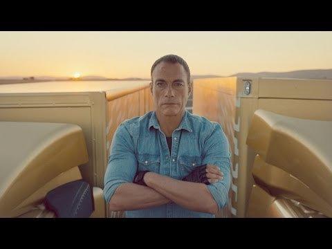 Van Damme entre dos camiones Volvo
