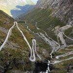 Ciclista desciende peligrosa ruta de espaldas