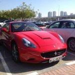 Exclusivo estacionamiento en universidad en Dubai con autos de lujo