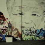 Homenaje a Mandela, artista crea retrato del líder dando 27,000 golpes