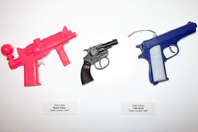 Resistant Materials objetos confiscados escuelas Guy Tarrant (2)