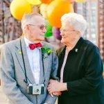 Matrimonio de 61 años celebra su aniversario con sesión fotográfica encantadora