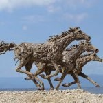 Esculturas de caballos con troncos de madera por James Doran-Webb