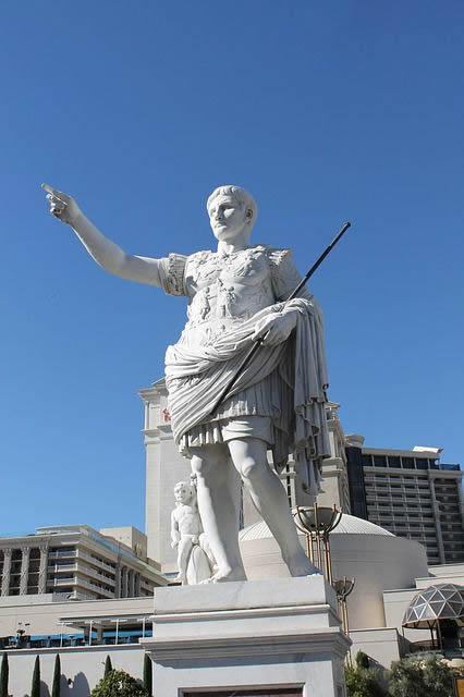 Julio César estatua