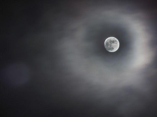 Luna cielo nublado