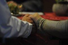 pareja tomada de la mano