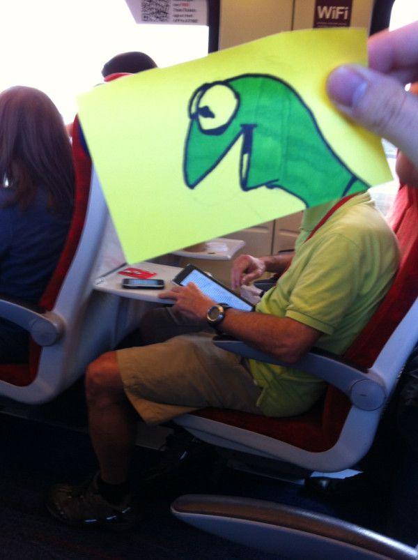 Pequeños dibujos en post-it reemplazan las cabezas de pasajeros del tren (11)