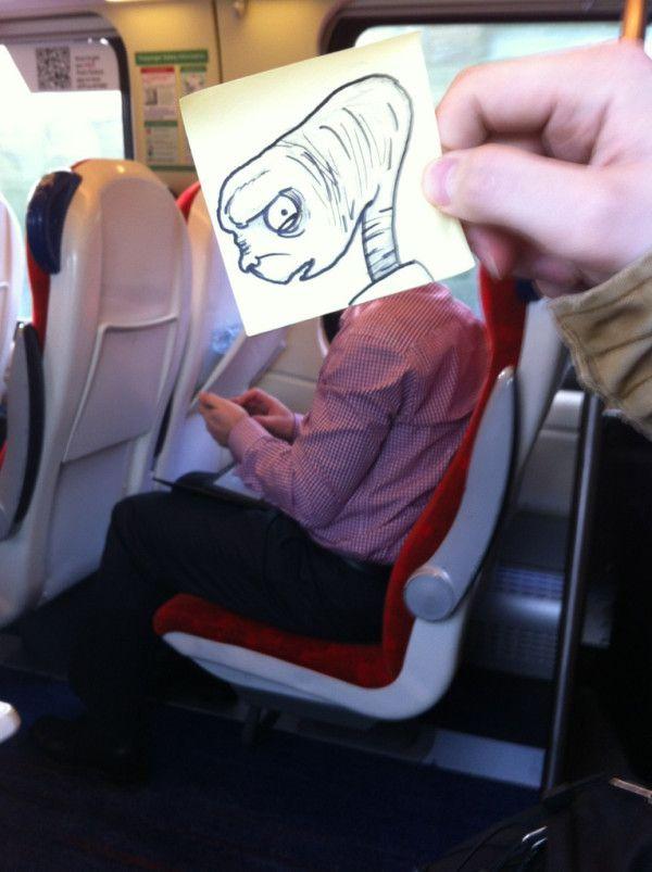 Pequeños dibujos en post-it reemplazan las cabezas de pasajeros del tren (10)