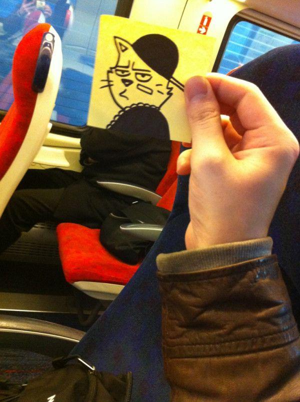 Pequeños dibujos en post-it reemplazan las cabezas de pasajeros del tren (8)