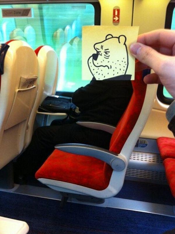 Pequeños dibujos en post-it reemplazan las cabezas de pasajeros del tren (7)