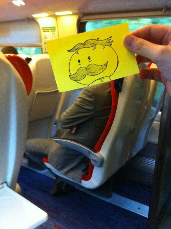 Pequeños dibujos en post-it reemplazan las cabezas de pasajeros del tren (6)