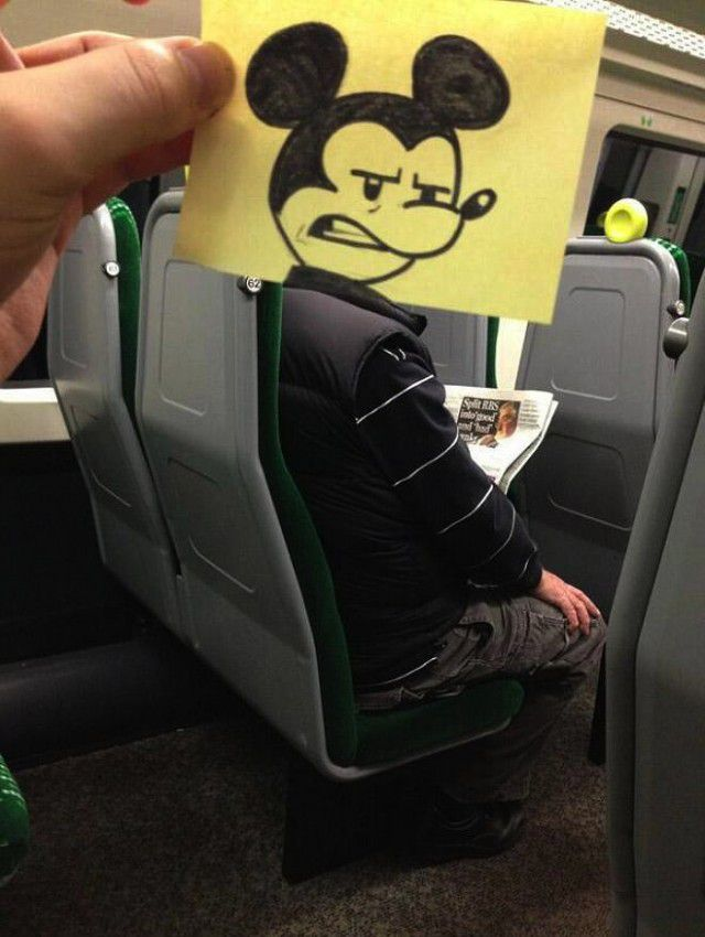 Pequeños dibujos en post-it reemplazan las cabezas de pasajeros del tren (5)