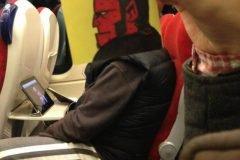 Pequeños dibujos en post-it reemplazan las cabezas de pasajeros del tren (2)