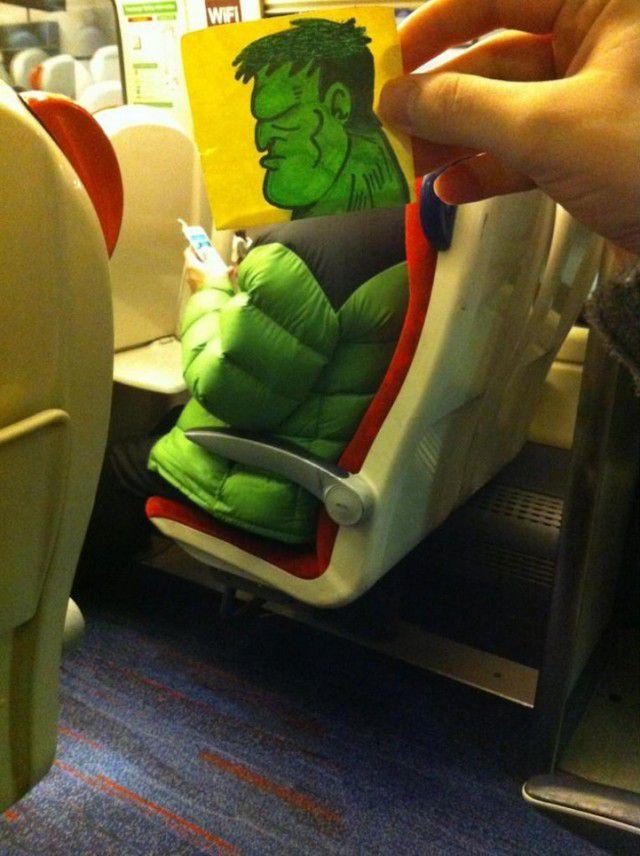 Pequeños dibujos en post-it reemplazan las cabezas de pasajeros del tren (1)