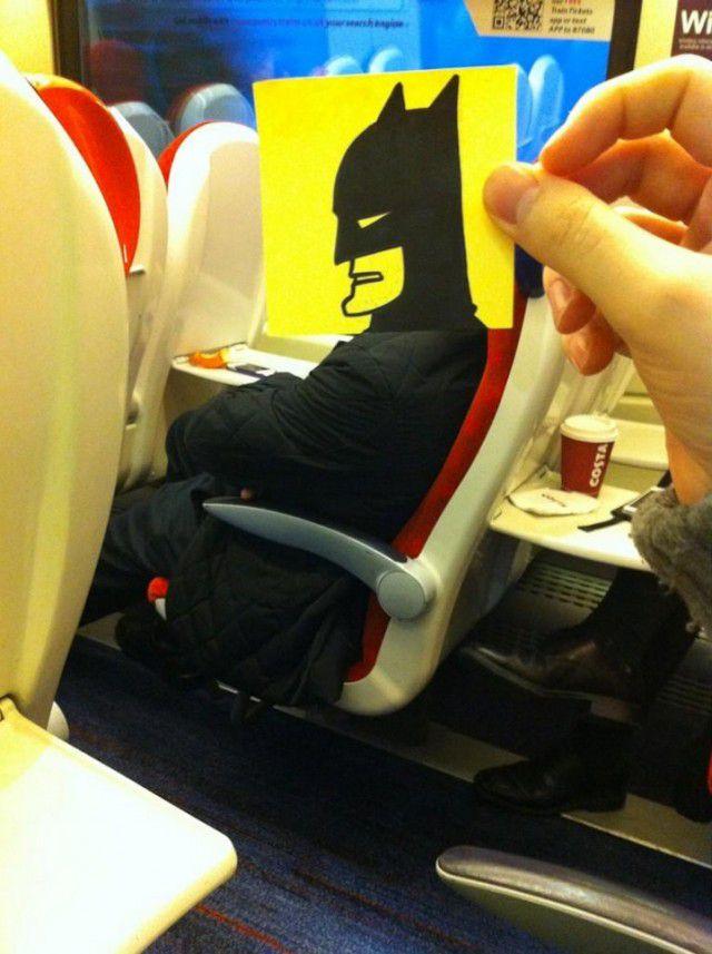 Pequeños dibujos en post-it reemplazan las cabezas de pasajeros del tren (17)
