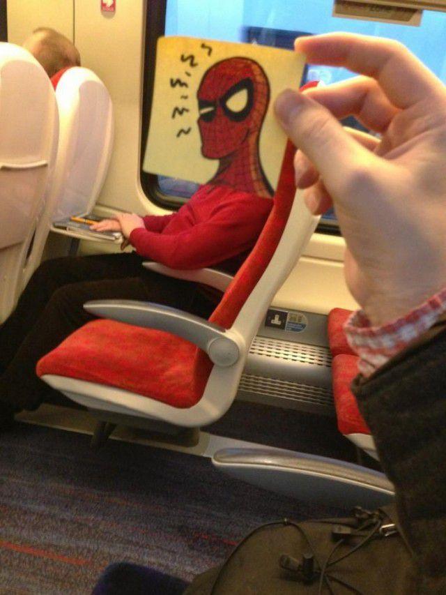 Pequeños dibujos en post-it reemplazan las cabezas de pasajeros del tren (16)