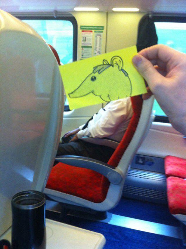 Pequeños dibujos en post-it reemplazan las cabezas de pasajeros del tren (13)