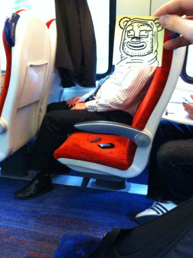 Pequeños dibujos en post-it reemplazan las cabezas de pasajeros del tren (12)