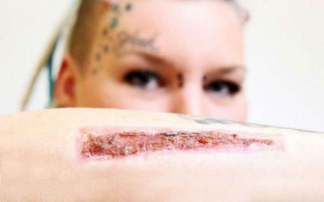 mujer corta tatuaje