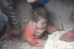 Conmovedor rescate de un niño en Siria