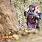 Abuela carga a su nieta discapacitada todos los días camino a la escuela