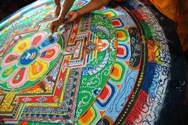 Monjes Tibetanos obra maestra granos arena mandala (5)