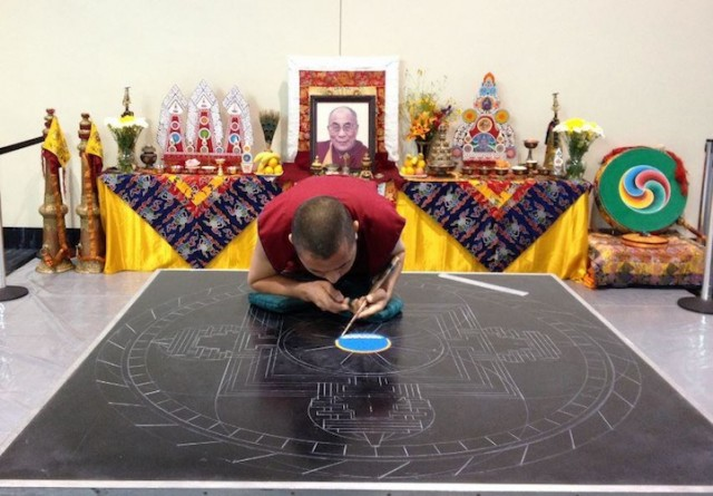 Monjes Tibetanos obra maestra granos arena mandala (2)