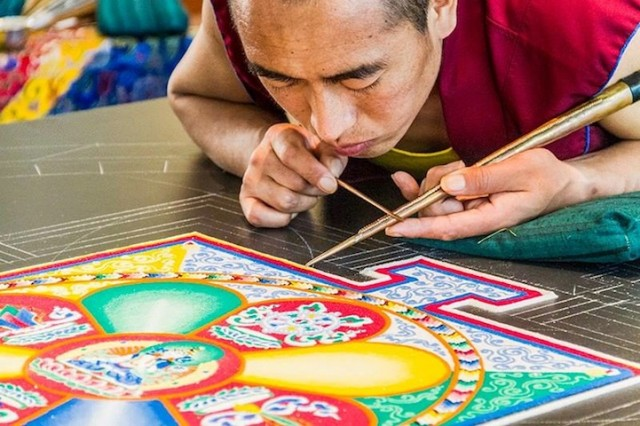 Monjes Tibetanos obra maestra granos arena mandala (1)