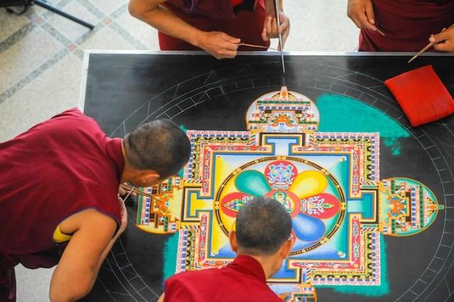 Monjes Tibetanos obra maestra granos arena mandala (11)