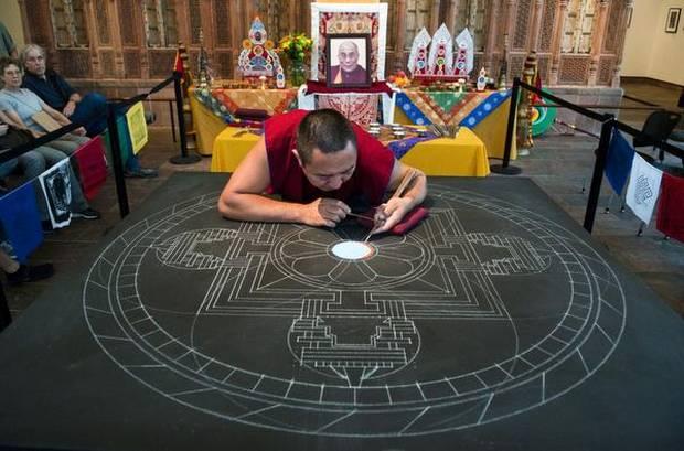 Monjes Tibetanos obra maestra granos arena mandala (7)