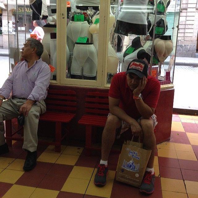Hombres miserables esperando compras (23)