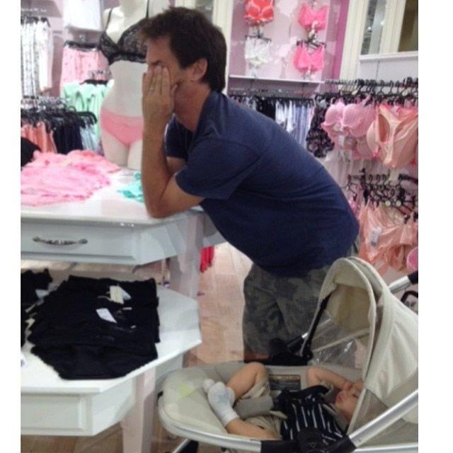 Hombres miserables esperando compras (7)