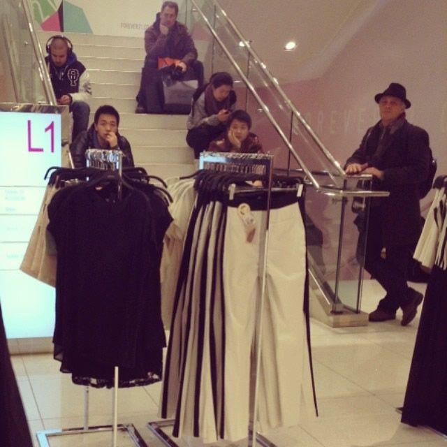 Hombres miserables esperando compras (6)