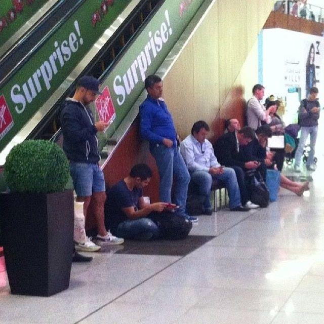 Hombres miserables esperando compras (5)