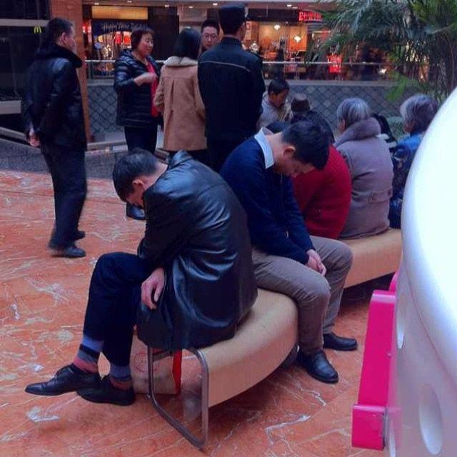 Hombres miserables esperando compras (4)